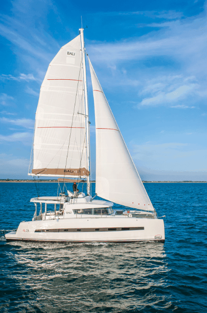 The profile of a Bali 4.3 Loft on the ocean with wind in its sail