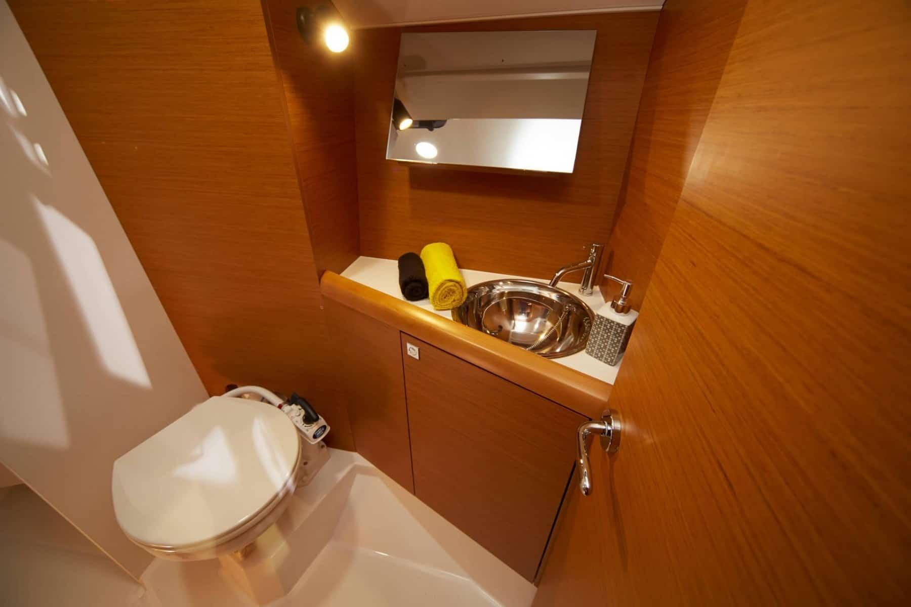 Sink and toilette in a Jeanneau Sun Odyssey 349