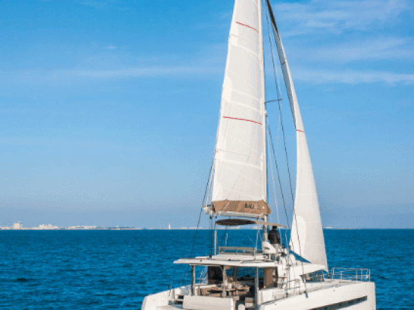 The Bali 4.3 Loft from behind on the ocean with wind in its sail
