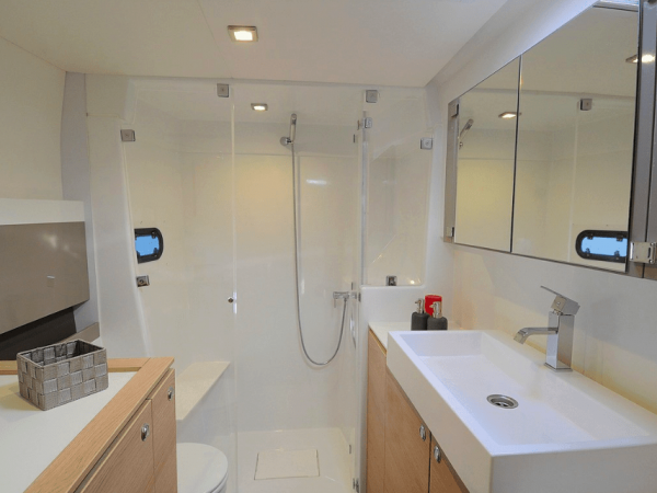 Head of a Bali 4.3 with its sink and shower
