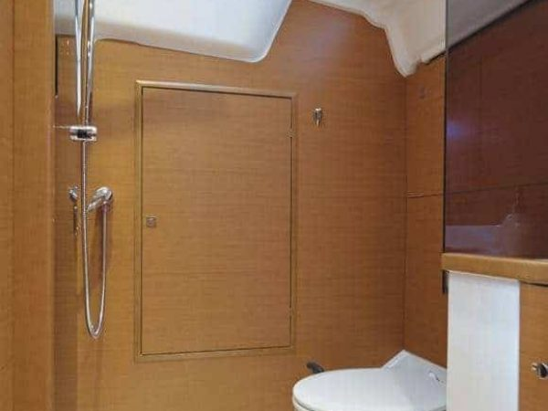 Head of a Jeanneau Sun Odyssey 389 with wooden walls and white toilette and floor